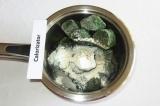Шаг 1. Шпинат, не размораживая сложить в кастрюлю, добавить муку, соль, перец.