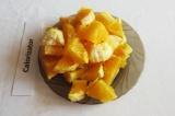 Шаг 1. Апельсины очистить, нарезать кусочками, удалить косточки.