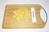 Шаг 4. Сыр нарезать кубиками или потереть на терке.
