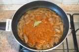 Шаг 5. Выложить соус в мясо, добавить лавровый лист, немного подсолить, перемеш