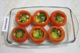 Шаг 7. В каждый помидор разбить по одному перепелиному яйцу. Посолить и поперчит