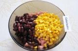 Шаг 2. Сложить в салатник фасоль и кукурузу.