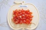Шаг 3. Нарезать некрупными кубиками помидор.