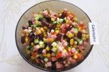 Шаг 5. Добавить в салатник нарезанный огурец и помидор, посолить и перемешать.