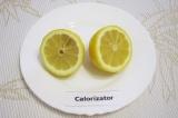 Шаг 2. Вымыть хорошо лимон. Разрезать пополам.