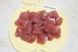 Шаг 1. Промыть и обсушить мякоть свинины. Нарезать кубиками 2х2 см.