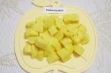 Шаг 2. Картофель очистить, помыть и нарезать такими же кубиками 2х2 см.