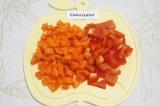 Шаг 3. Очистить морковь. Перец очистить от семян и плодоножки. Нарезать морковь