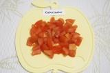 Шаг 4. Нарезать небольшими кубиками помидоры.