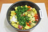 Шаг 8. В чашу к продуктам добавить чеснок, зелень, соль и специи. Хорошо перемеш