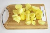 Шаг 1. Картофель очистить, нарезать кружочками 1,5-2 см толщиной.