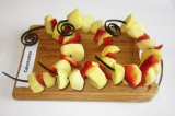Шаг 3. Нанизать на шампуры или шпажки картофель и крупно нарезанный перец.