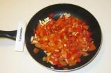 Шаг 6. Обжарить помидоры с луком, мелко нарезанным перцем и томатной пастой.