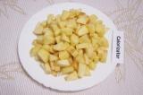 Шаг 1. Яблоки нарезать кусочками. Потомить на сливочном масле, засыпав их сахаро
