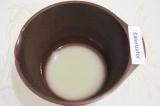 Шаг 2. Для теста перемешать в теплой воде сахар и дрожжи.
