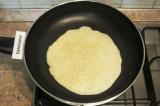 Шаг 6. Выпекать блины на слегка смазанной маслом сковороде только с одной сторон