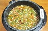 Шаг 9. Залить водой, добавить томатную пасту, посолить и поперчить по вкусу.