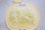 Шаг 2. Очистить лук и нарезать мелкими кубиками.