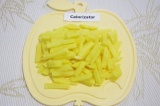 Шаг 5. Очистить и нарезать картофель брусочками толщиной 1 см.