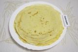 Шаг 3. Пожарить на сковороде с растительным маслом тонкие блинчики. Поставить их