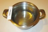 Шаг 1. Налить воду в кастрюлю и поставить на огонь.