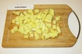 Шаг 3. Нарезать картофель кубиками или брусочками.