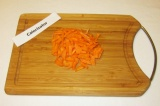Шаг 4. Морковь натереть на терке или измельчить ножом.