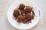 Шаг 5. Из охлажденной массы скатать небольшие шарики, размером с грецкий орех.