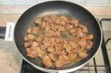 Шаг 2. На сковороде выложить печенку, посолить и жарить ее до готовности. Перело