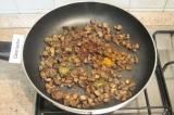 Шаг 4. Жарить грибы на сковороде, добавить карри, мускатный орех, хмели-сунели