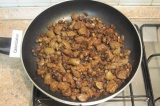 Шаг 5. Добавить к грибам печень, влить соевый соус, хорошо перемешать и обжарива