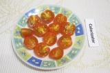 Шаг 7. Разрезать пополам помидоры черри.