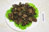 Шаг 8. Выложить на тарелку промытые и обсушенные листья салата, затем печенку