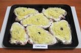 Шаг 4. Натереть сыр на мелкой терке, посыпать сыром куриное филе.