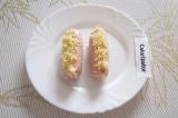 Шаг 3. Заполнить разрезы в сосисках сыром, слегка утрамбовывая его.