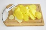 Шаг 6. Картофель очистить и нарезать кружочками.