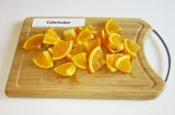 Шаг 1. Апельсин, не очищая, нарезать кусочками. Удалить косточки.