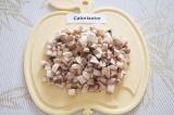 Шаг 2. Помыть и обсушить грибы, нарезать мелкими кубиками.