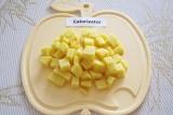 Шаг 3. Очистить и помыть картофель, нарезать небольшими кубиками.