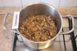 Шаг 5. Пропустить через пресс чеснок. Обжаривать лук, грибы, чеснок минут 10-15.