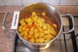 Шаг 8. Выложить следом картофель и морковь. Залить водой. Посолить и поперчить