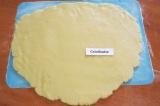 Шаг 4. Тесто раскатать в пласт, толщиной 6 мм.