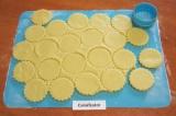Шаг 5. Формочкой для печенья диаметром 5 см вырезать примерно 40 кружков.