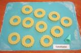 Шаг 6. Самой маленькой формочкой для печенья или насадкой для кондитерского шпри