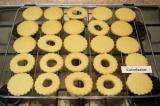 Шаг 8. Готовое печенье остудить. Смазать нижнюю часть печенья малиновым вареньем