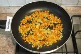 Шаг 3. Слегка обжарить лук и морковь на растительном масле.