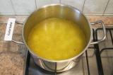 Шаг 6. В горячей воде растворить бульонные кубики, нагреть его и добавить картоф