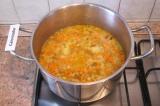 Шаг 8. Добавить к картофелю лук с морковью и довести до кипения.
