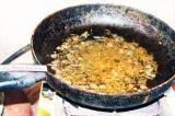 Шаг 2. К обжаренному луку добавить натертую на мелкой терке морковь.