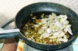 Шаг 3. Грибы нарезать довольно крупными кусками и поместить в сковороду. Обжари
